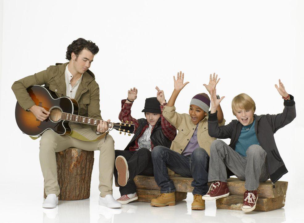 (v.l.n.r.) Jason (Kevin Jonas) hat einen Heidenspaß mit den drei musikalischen Lausbuben Trevor (Frankie Jonas), Jamal (Shemar Charles) und Gage (C... - Bildquelle: Disney