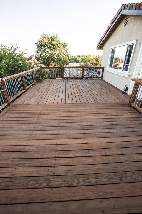 Der neu-renovierte Balkon von Kelli und Bryan ist noch nicht eingerichtet. Das erleichtert zwar Bauleiter Josh Temples Arbeit an sich, erschwert es... - Bildquelle: 2013,DIY Network/Scripps Networks, LLC. All Rights Reserved.