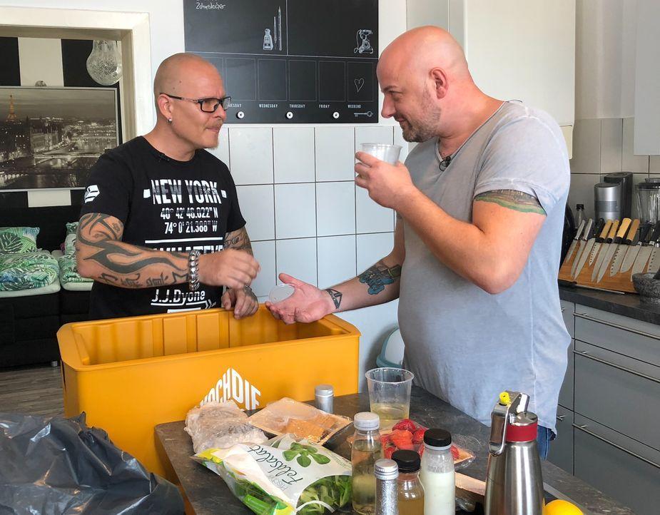 Für Björn und Frederik geht nichts über ein richtiges Stück Fleisch. Als sie jetzt jedoch Jakobsmuscheln und einen Topfenknödel zubereiten sollen, g... - Bildquelle: kabel eins