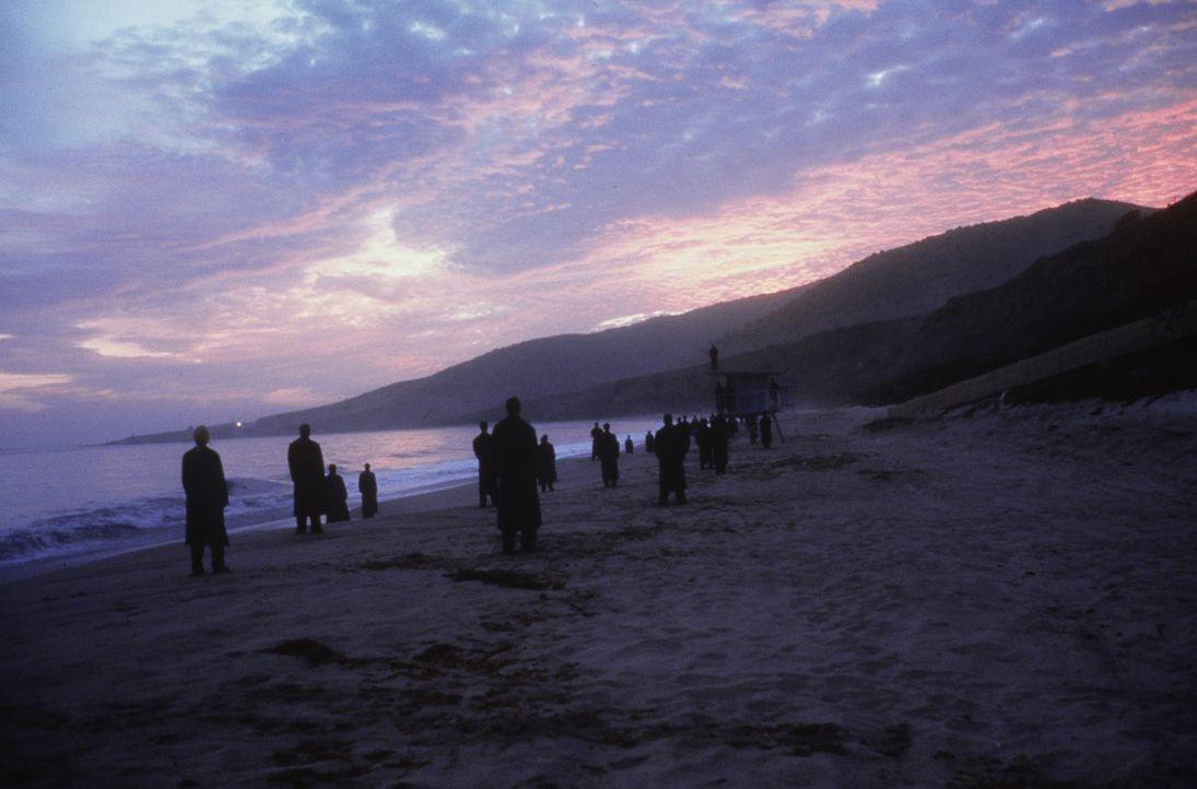 Jeden Morgen versammeln sich die Engel von Los Angeles am Strand, um den Sonnenaufgang zu sehen. Doch das Gefühl, die ersten wärmenden Sonnenstrah... - Bildquelle: Warner Bros.