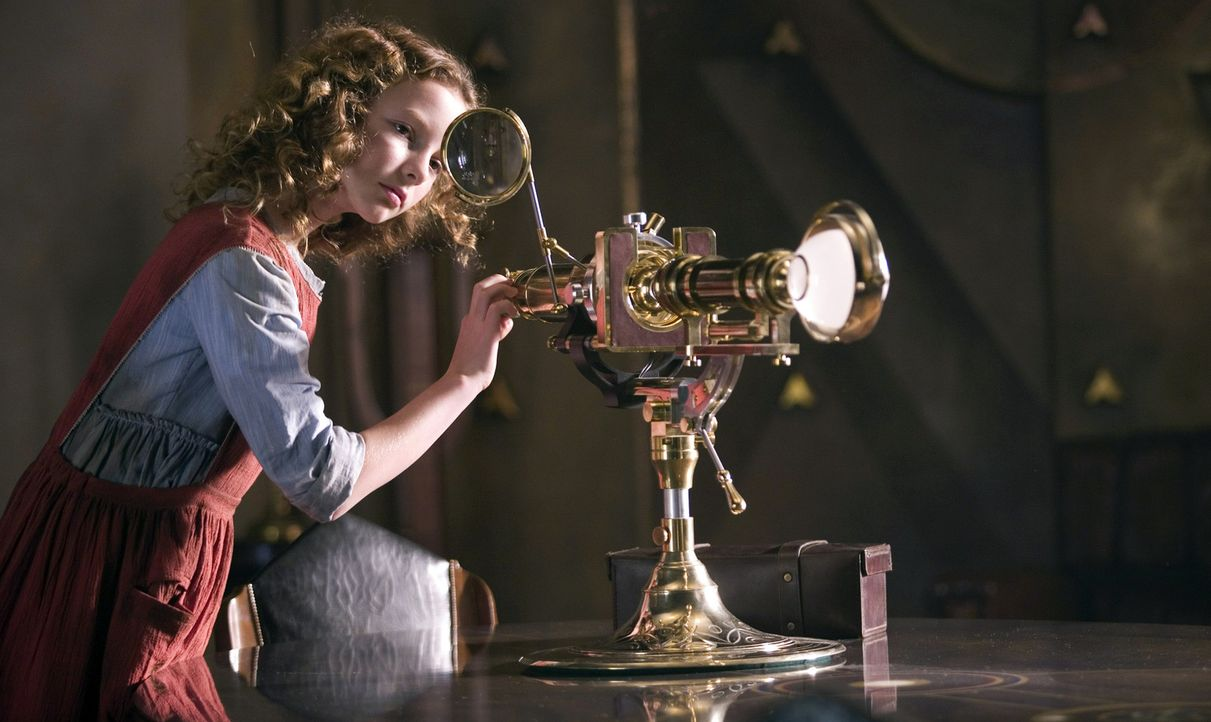 In einer magischen Parallelwelt, in der Hexen den Himmel beherrschen und kämpfende Eisbären den eisigen Norden regieren, hält ein einziges Mädchen (... - Bildquelle: Warner Bros.