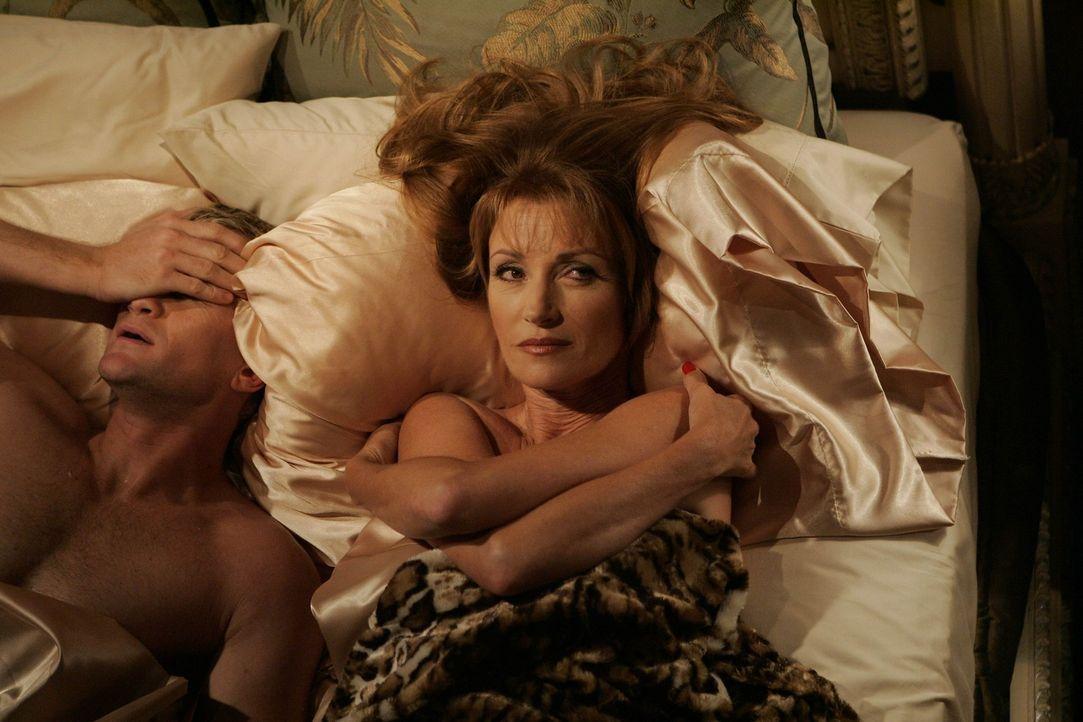 Barney (Neil Patrick Harris, l.) nimmt sich der Professorin Lewis (Jane Seymour, r.) an, doch ist er ihr wirklich gewachsen? - Bildquelle: 20th Century Fox International Television