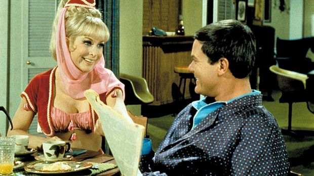 Jeannie (Barbara Eden, l.) möchte, dass ihr Meister Tony (Larry Hagman, r.) d...