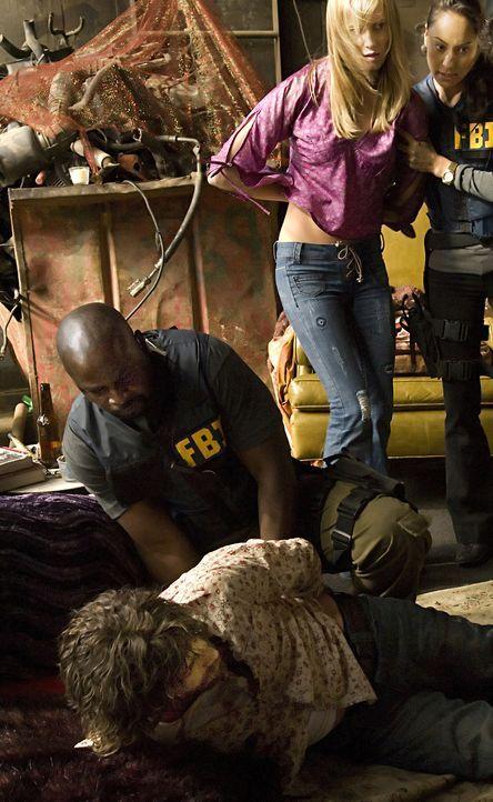 Die Ermittlungen waren erfolgreich: Mason Duryea (James Callis, vorne) und sein weibliches Gefolge, darunter Patty (Celesta Hodge, M.) konnten von D... - Bildquelle: Paramount Network Television