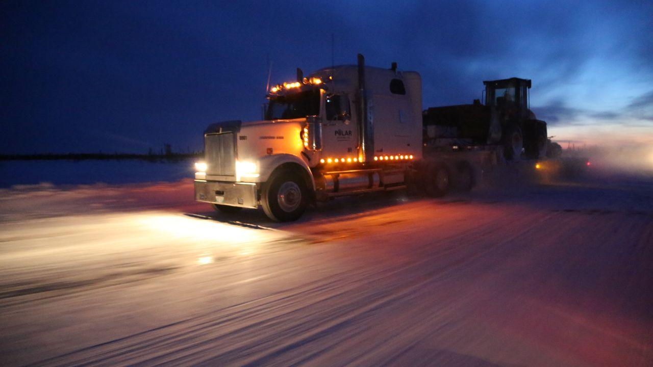 Auf den Eisstraßen herrscht Tauwetter. Für die Fahrer wird die Zeit langsam ... - Bildquelle: 2017 A+E Networks, LLC