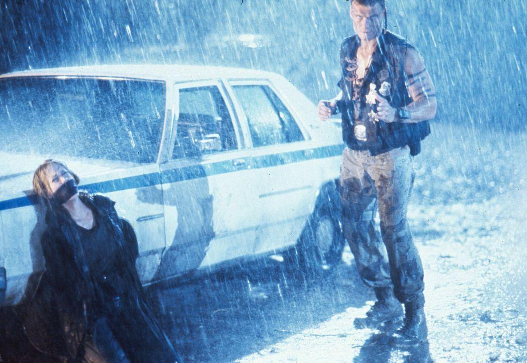Um seinen verhassten Widersacher endgültig zu erledigen, macht sich Andrew (Dolph Lundgren, r.) an die Journalistin Veronica Roberts (Ally Walker,... - Bildquelle: 1992 TriStar Pictures