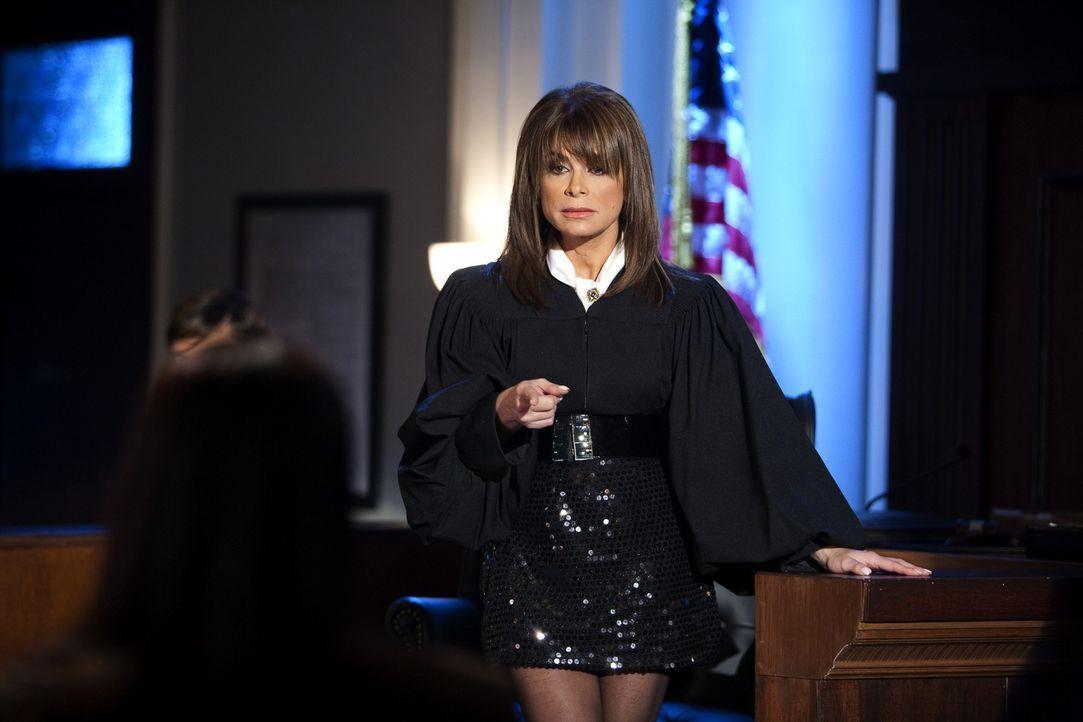Zeigt Jane (Brooke Elliott, l.), wie man sich richtig kleidet: die allwissende und modebewusste Richterin Paula Abdul (Paula Abdul, r.) ... - Bildquelle: 2009 Sony Pictures Television Inc. All Rights Reserved.