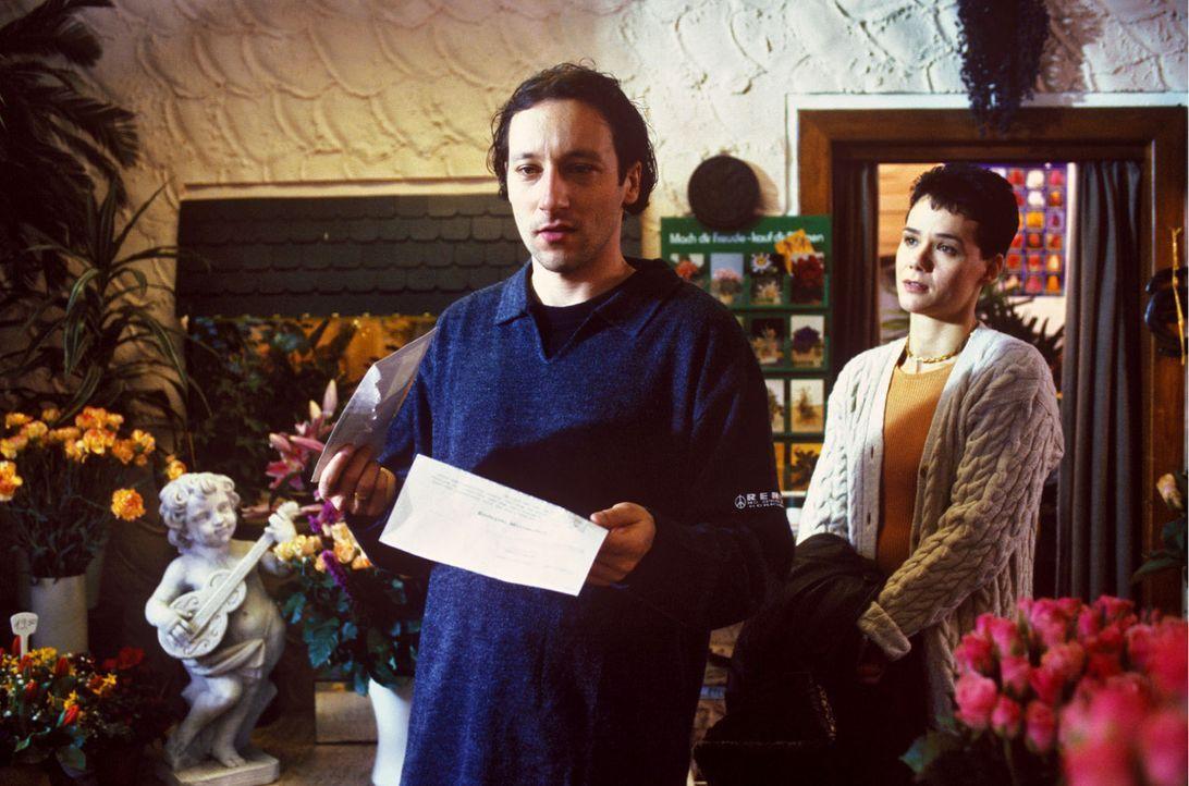 Tobias Wendland (Oliver Broumis, l.) führt, während seine Schwester Annette im Krankenhaus ist, das Blumengeschäft allein weiter. Für ihn kommt... - Bildquelle: Noreen Flynn Sat.1