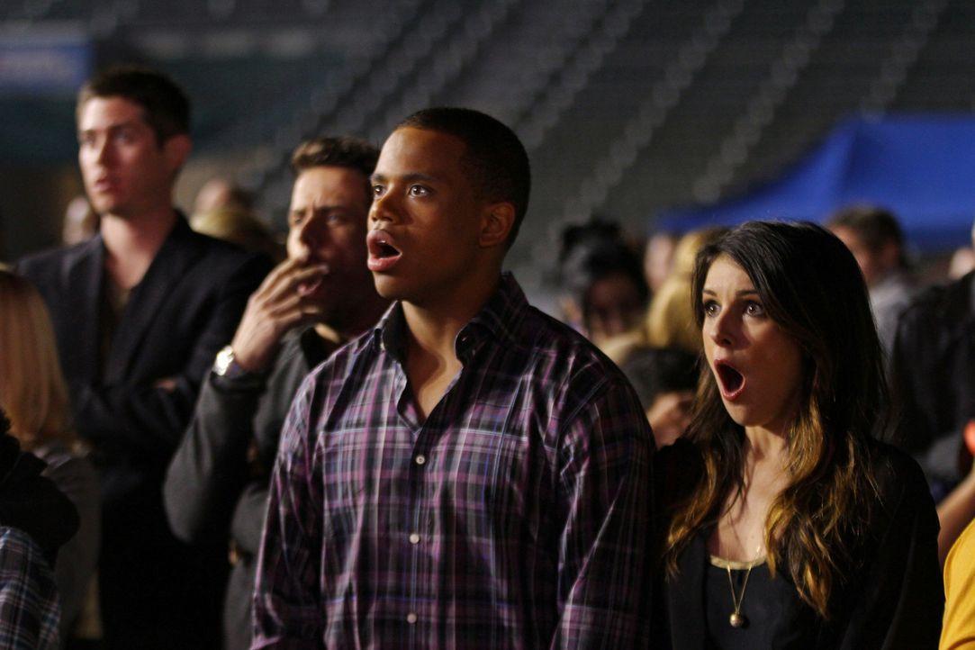 Annie (Shenae Grimes, r.) und Dixon (Tristan Wilds, l.) sind empört. Eigentlich hatten sie eine wahnsinnig gute Gesangsleistung von Adrianna erwart... - Bildquelle: 2013 The CW Network. All Rights Reserved
