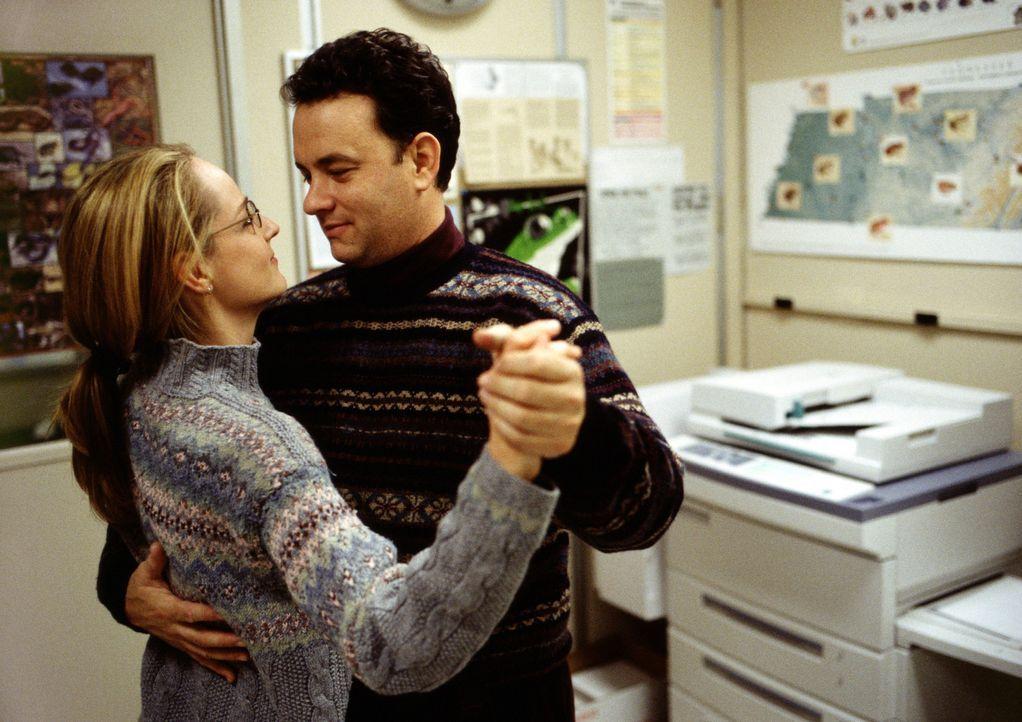 Obwohl Chuck (Tom Hanks, r.) wenig Zeit für seine Freundin Kelly (Helen Hunt, l.) hat, steht sie ihm treu zur Seite. Da kommt es zu einem fatalen F... - Bildquelle: 2001 Twentieth Century Fox Film Corporation and Dreamworks LLC. All rights reserved