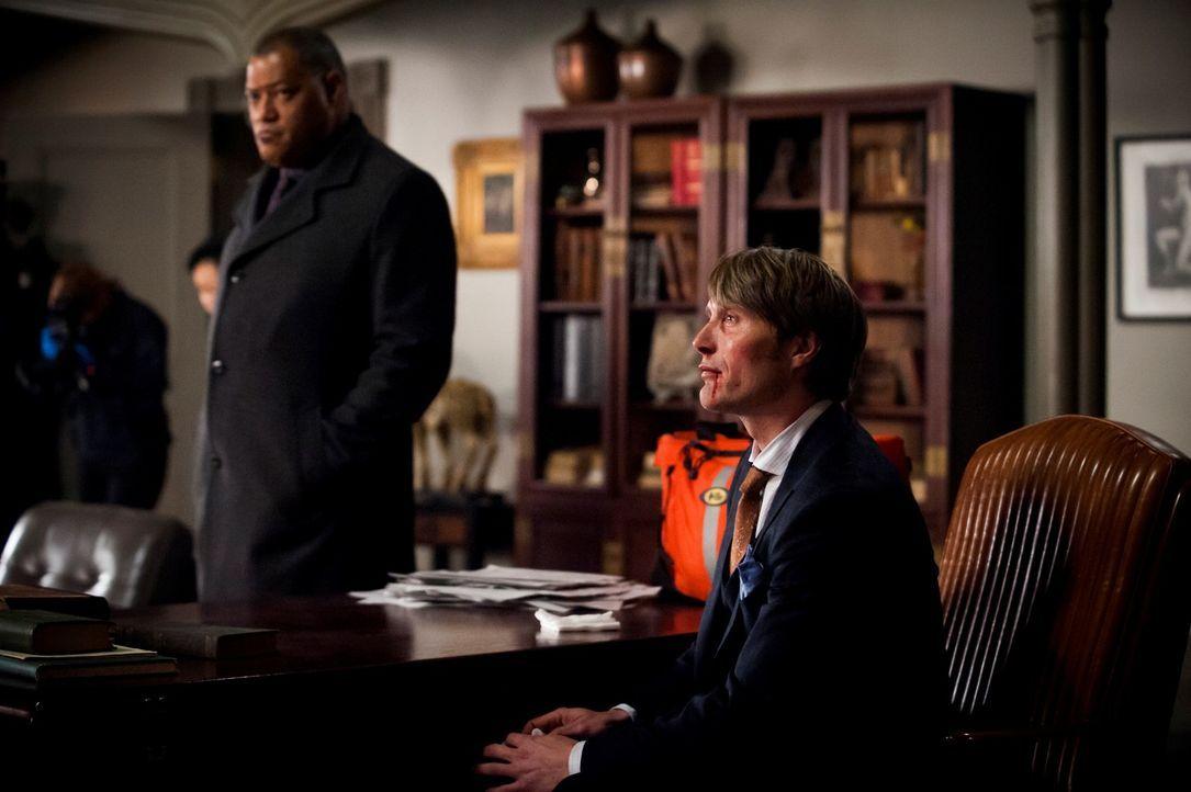 Ein Mord in Hannibals (Mads Mikkelsen, r.) Praxis: Jack Crawford (Laurence Fishburne, l.) und sein Team übernehmen die Ermittlungen ... - Bildquelle: Brooke Palmer 2013 NBCUniversal Media, LLC