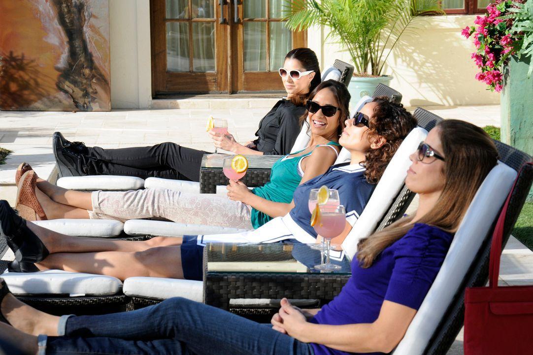 Carmen (Roselyn Sanchez, l.) nutzt die Abwesenheit von Alejandro und Odessa aus und lädt ihre Freundinnen Marisol (Ana Ortiz, r.), Rosie (Dania Rami... - Bildquelle: ABC Studios