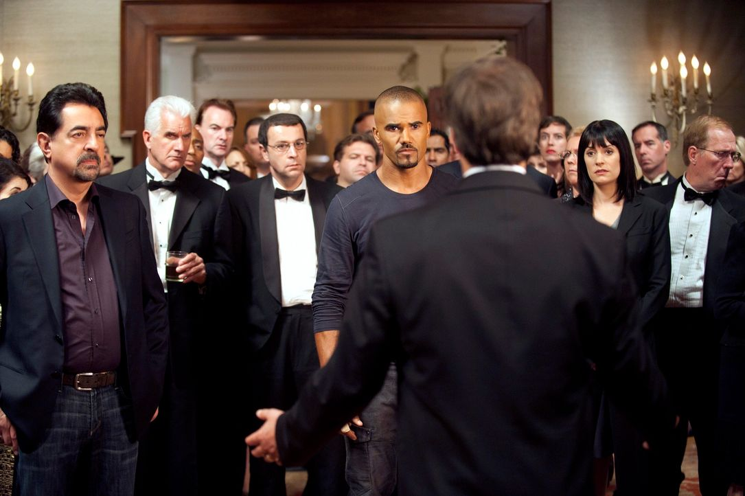 Bei den Ermittlungen in einem neuen Fall, stoßen Prentiss (Paget Brewster, 3.v.r.), Morgan (Shemar Moore, 6.v.l.) und Rossi (Joe Mantegna, l.) auf J... - Bildquelle: ABC Studios