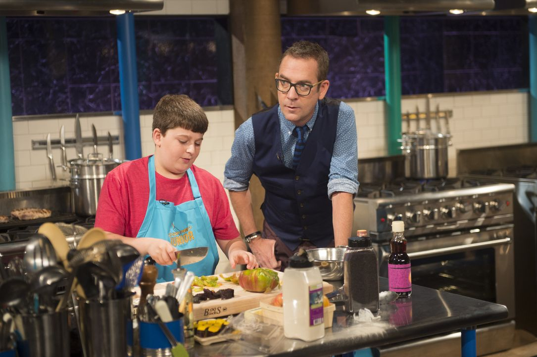 Ted Allen (r.) ist gespannt, wie das Essen des jungen Kochs und Klassenclowns Cameron (l.), bei der Gourmet-Jury ankommen wird ... - Bildquelle: Scott Gries 2015, Television Food Network, G.P. All Rights Reserved