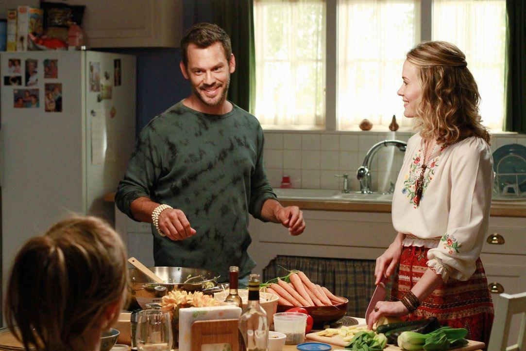 Mikes Misstrauen wird geweckt, als er sieht, wie Susan und Carlos ungewohnt viel Zeit miteinander verbringen, während Lynette (Felicity Huffman, l.)... - Bildquelle: ABC Studios