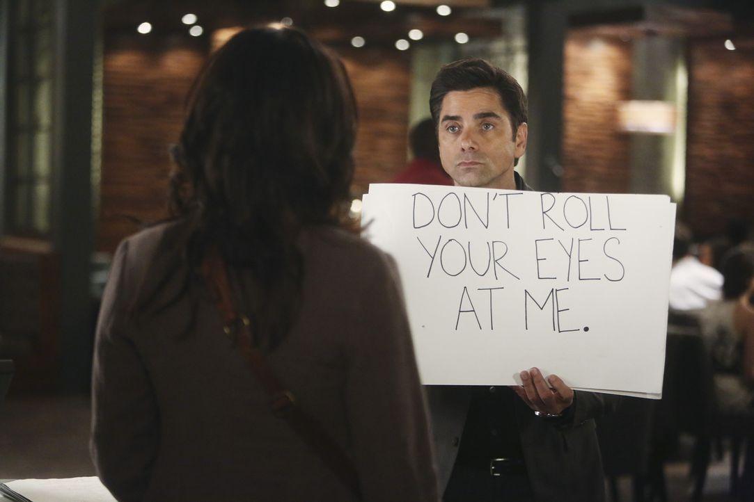 Sara (Paget Brewster, l.) bitte Jimmy (John Stamos, r.) darum, sie zu einer Verlobungsfeier zu begleiten. Der ist darüber sehr erfreut und muss bald... - Bildquelle: Jordin Althaus 2016 ABC Studios. All rights reserved.