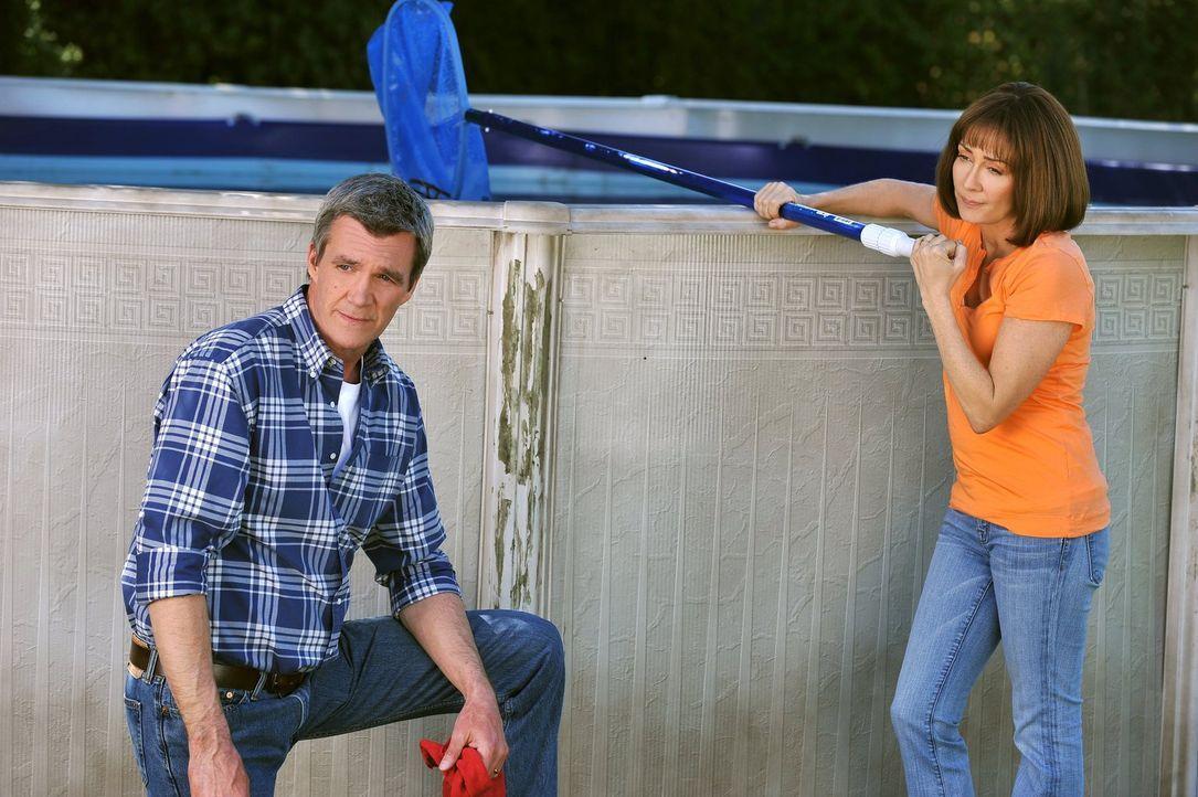 Frankie (Patricia Heaton, r.) und Mike (Neil Flynn, l.) sind schockiert, dass Mikes Bruder Rusty seine Hochzeit in ihrem Haus feiern will. Denn so w... - Bildquelle: Warner Brothers