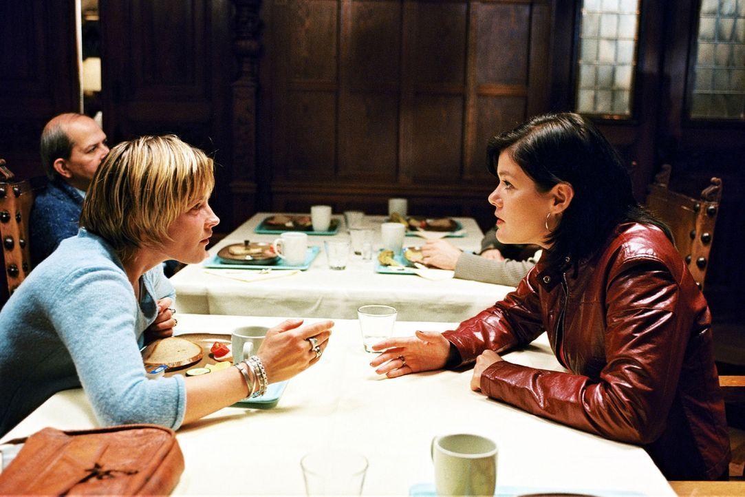 Martin und Sophie haben Probleme - Anja (Birge Schade, r.) hört sich die Leiden ihrer Freundin (Karoline Eichhorn, l.) an. - Bildquelle: Nicole Manthey Sat.1
