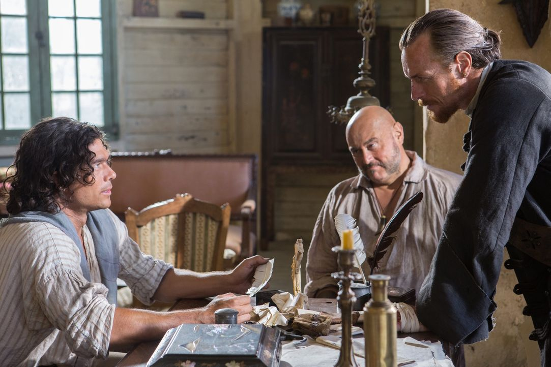 Um den berühmten Urca d'Lima-Schatz zu finden, müssen Captain Flint (Toby Stephens, r.) und Gates (Mark Ryan, M.) ausgerechnet mit dem störrischen S... - Bildquelle: 2013 Starz Entertainment LLC, All rights reserved