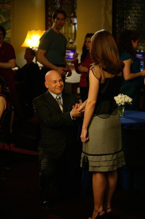 Im Überschwang der Wiedersehensfreude macht Harry (Evan Handler, l.) Charlotte (Kristin Davis, r.) einen Heiratsantrag ... - Bildquelle: Paramount Pictures