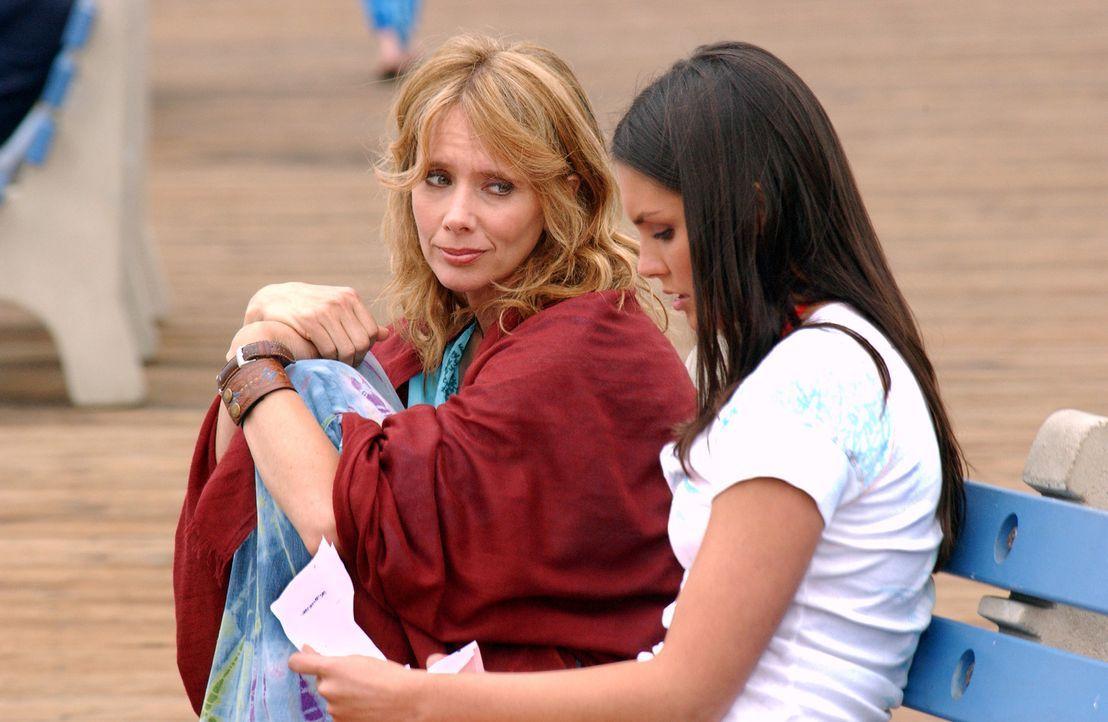 Während Sarah versucht, Bradin zu überreden, mit ihr nach Mexiko durchzubrennen, gibt es für Erika (Taylor Cole, l.) ein Wiedersehen mit ihrer Mu... - Bildquelle: CBS Television