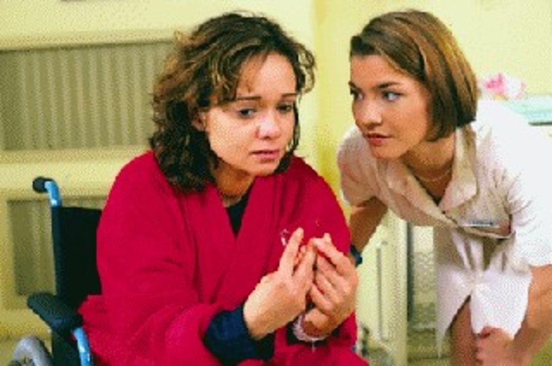 Jenny Hübler (Iris Junik, l.) wird von Stephanie (Claudia Schmutzler, r.) getröstet, da sie gerade erfahren hat, dass ihr Zwillingsbruder Konrad d... - Bildquelle: Noreen Flynn Sat.1