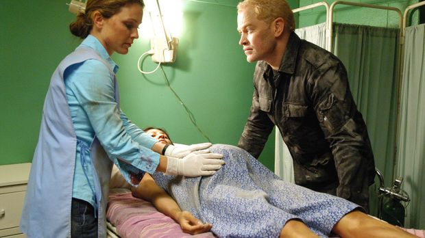 Nach einem Erdbeben versuchen Natalie (Kelli Williams, l.) und Connor (Neal M...