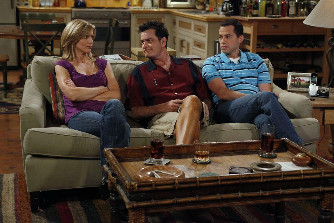 Zum Leidwesen von Charlie (Charlie Sheen, M.) kehrt Alan (Jon Cryer, r.) gemeinsam mit Jake, Lyndsey (Courtney Thorne-Smith, l.) und Eldridge zu ihm... - Bildquelle: Warner Bros. Television