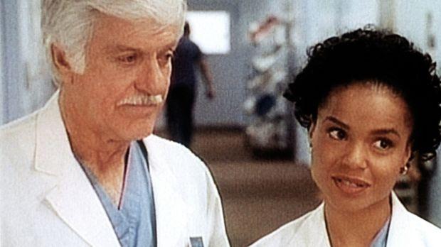 Amanda (Victoria Rowell, r.) redet Dr. Sloan (Dick Van Dyke, l.) zu, endlich...