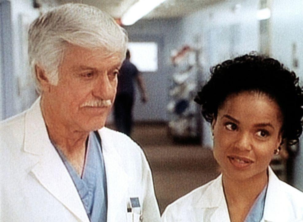 Amanda (Victoria Rowell, r.) redet Dr. Sloan (Dick Van Dyke, l.) zu, endlich einmal richtig auszuspannen. - Bildquelle: Viacom