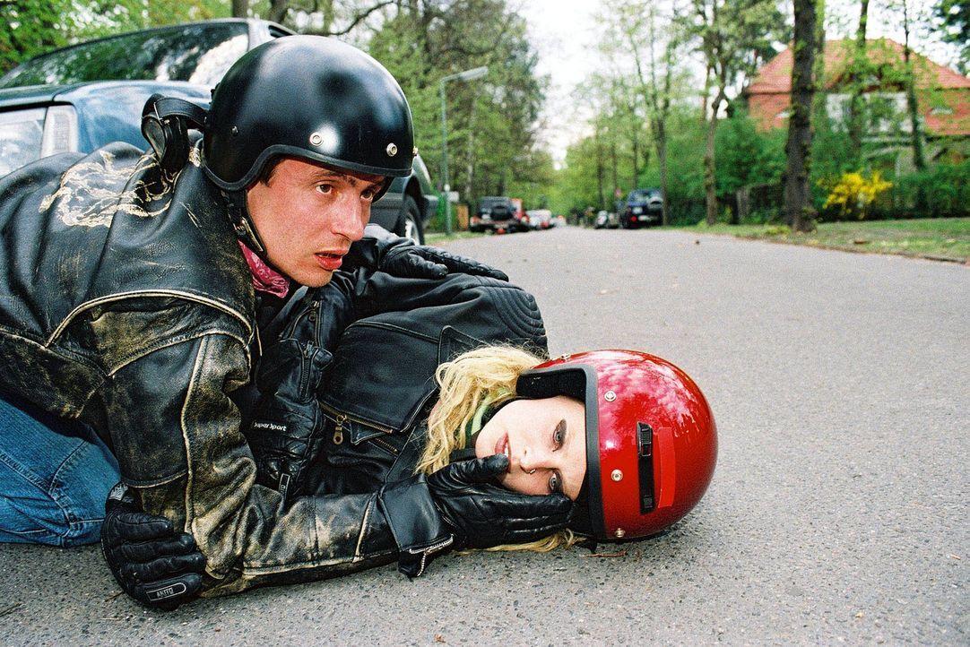 Eine alte, verwirrte Dame brachte das Motorrad von Gregor (Sven Gerhardt, l.) und Marlous (Diana Amft, r.) aus dem Gleichgewicht. Glücklicherweise s... - Bildquelle: Monika Schürle Sat.1