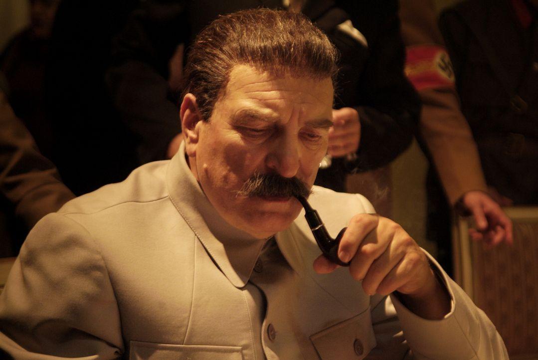 Stalin (Alexej Petrenko) unter Druck: 1941 fallen die Nazi-Soldaten in die Sowjetunion ein. Die schlecht trainierten sowjetischen Truppen haben nich... - Bildquelle: Mateusz Skalski BBC