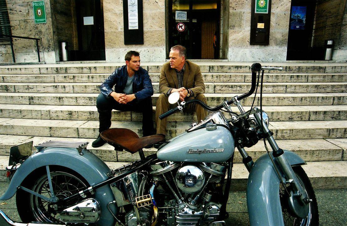 Tom (Steven Merting, l.) und Wolff (Jürgen Heinrich, r.) fachsimpeln über Motorräder. - Bildquelle: Claudius Pflug Sat.1