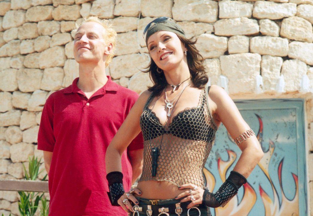 Werfen ein Auge auf die Neuankömmlinge: Matze (Victor Schefé, l.) und Anna (Katja Flint, r.) ... - Bildquelle: Concorde Filmverleih GmbH
