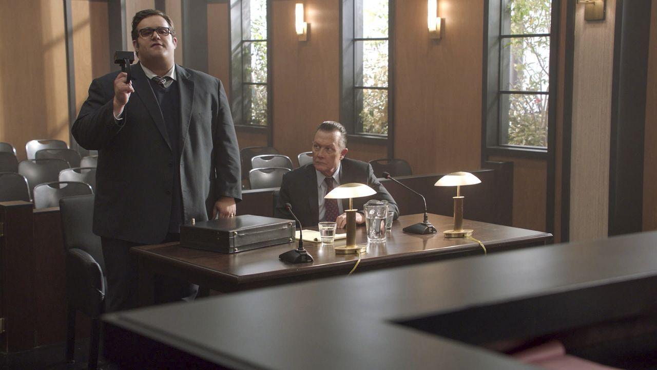 Sylvester (Ari Stidham, l.) gibt sein Bestes, um Cabe (Robert Patrick, r.) vor dem Gefängnis zu bewahren, aber wie wird das Urteil schlussendlich au... - Bildquelle: 2017 CBS Broadcasting, Inc. All Rights Reserved