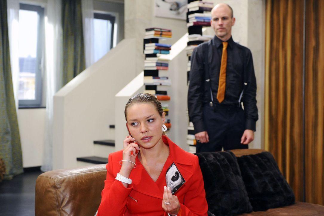 Gerrit (Lars Löllmann, r.) belauscht Katja (Karolina Lodyga, l.) bei einem Telefonat und findet so heraus, dass Jonas nicht der Vater von Katjas Ki... - Bildquelle: Sat.1