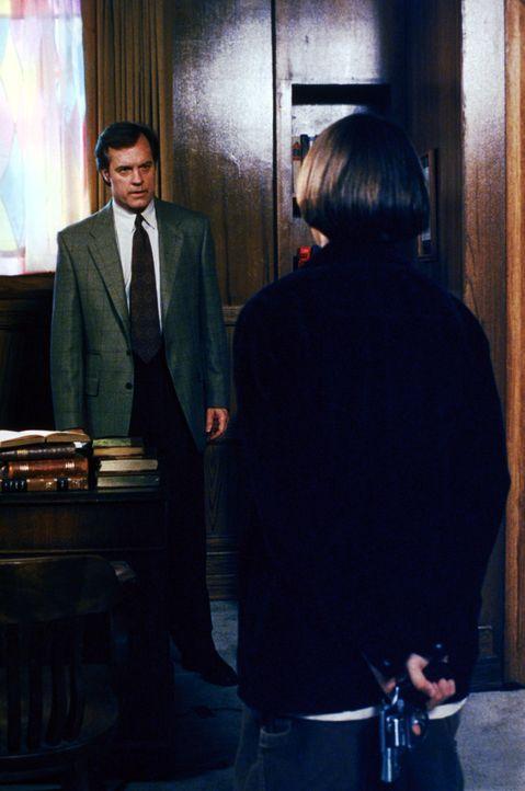 Was hat Johnny (Jake Richardson, r.) mit der Waffe vor? Ist Eric (Stephen Collins, l.) in Gefahr? - Bildquelle: The WB Television Network