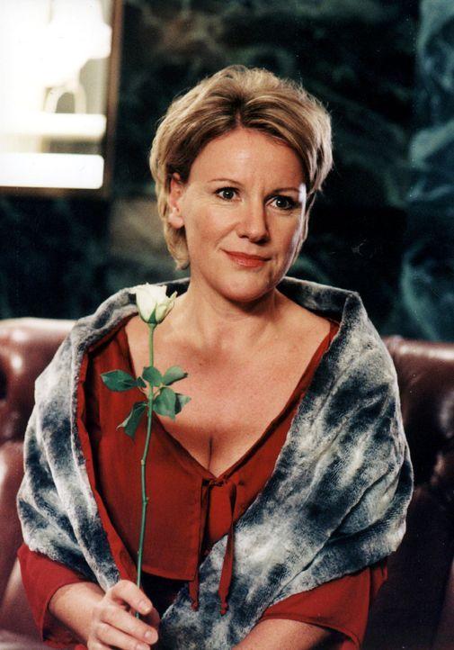 """Helen (Mariele Millowitsch) hat sich in Schale geworfen, um ihren """"gekauften"""" Mann zu treffen. - Bildquelle: Sat.1"""