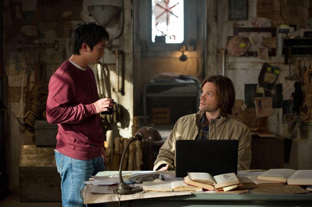Sam (Jared Padalecki, r.) macht sich Sorgen um Kevins (Oric Chau, l.) Gesundheit. Zu Recht? - Bildquelle: Warner Bros. Television