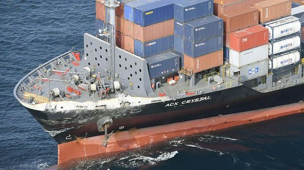 Der Bug des Containerschiffs aus den Philippinen ist beschädigt