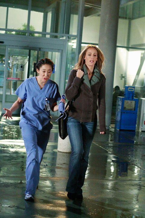 Teddy (Kim Raver, r.) überlässt Cristina (Sandra Oh, l.) die Chance, erstmals selbstständig eine Herzoperation durchzuführen. Cristina ist darüber ü... - Bildquelle: Touchstone Television