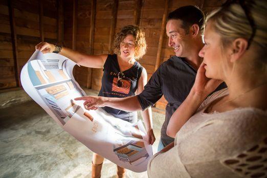 Bauunternehmer Josh Temple (M.) bespricht sich mit zwei Bauhelferinnen, um di...