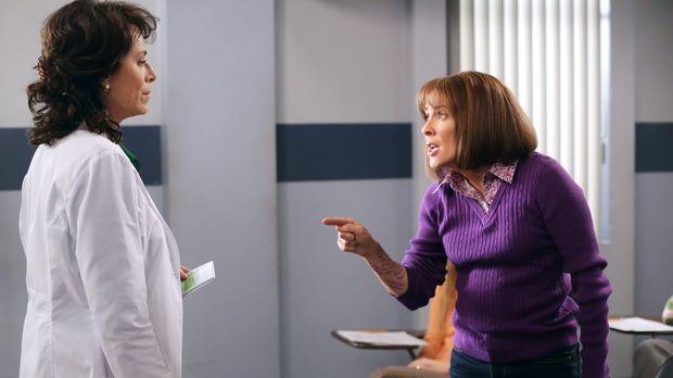 Während Frankies (Patricia Heaton, r.) Umschulung zur Zahnarzthelferin dank d...
