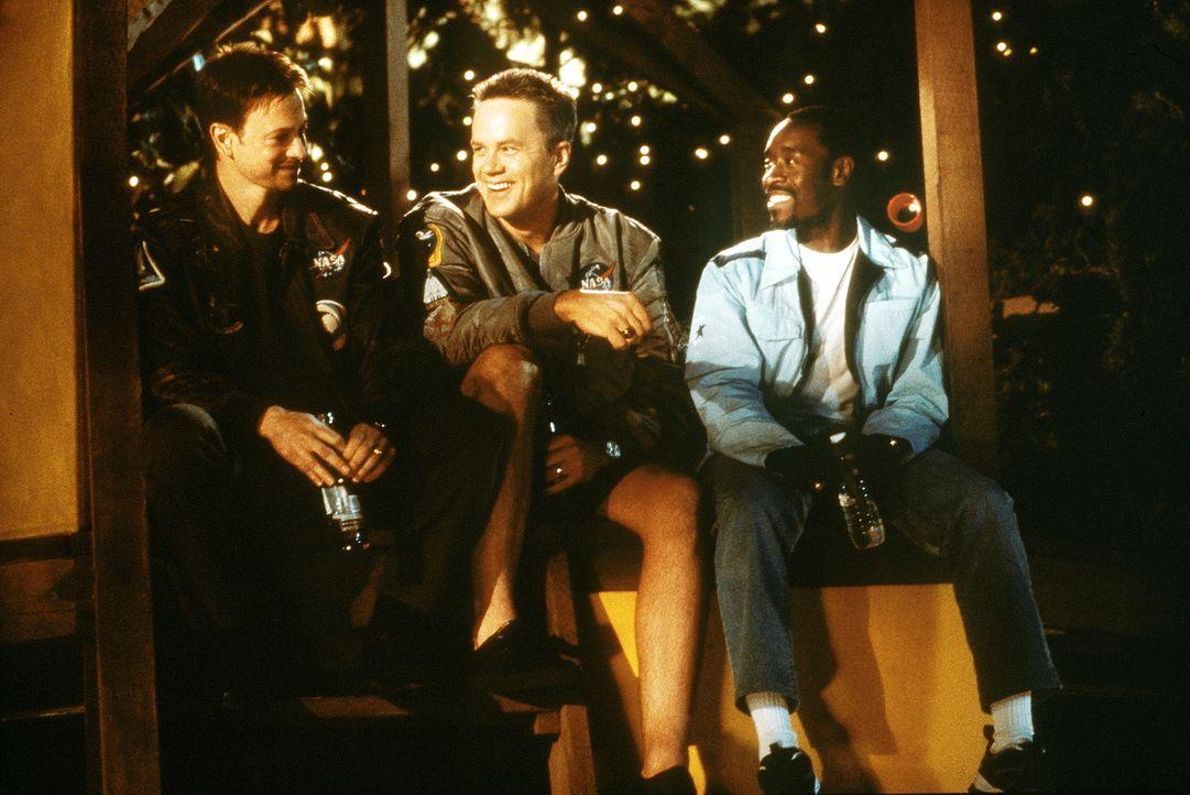 Seit ihrer Ausbildung sind die drei Astronauten Woody (Tim Robbins, M.), Jim (Gary Sinise, l.) und Luke (Don Cheadle, r.) dicke Freunde. Eines Tages... - Bildquelle: Touchstone Pictures
