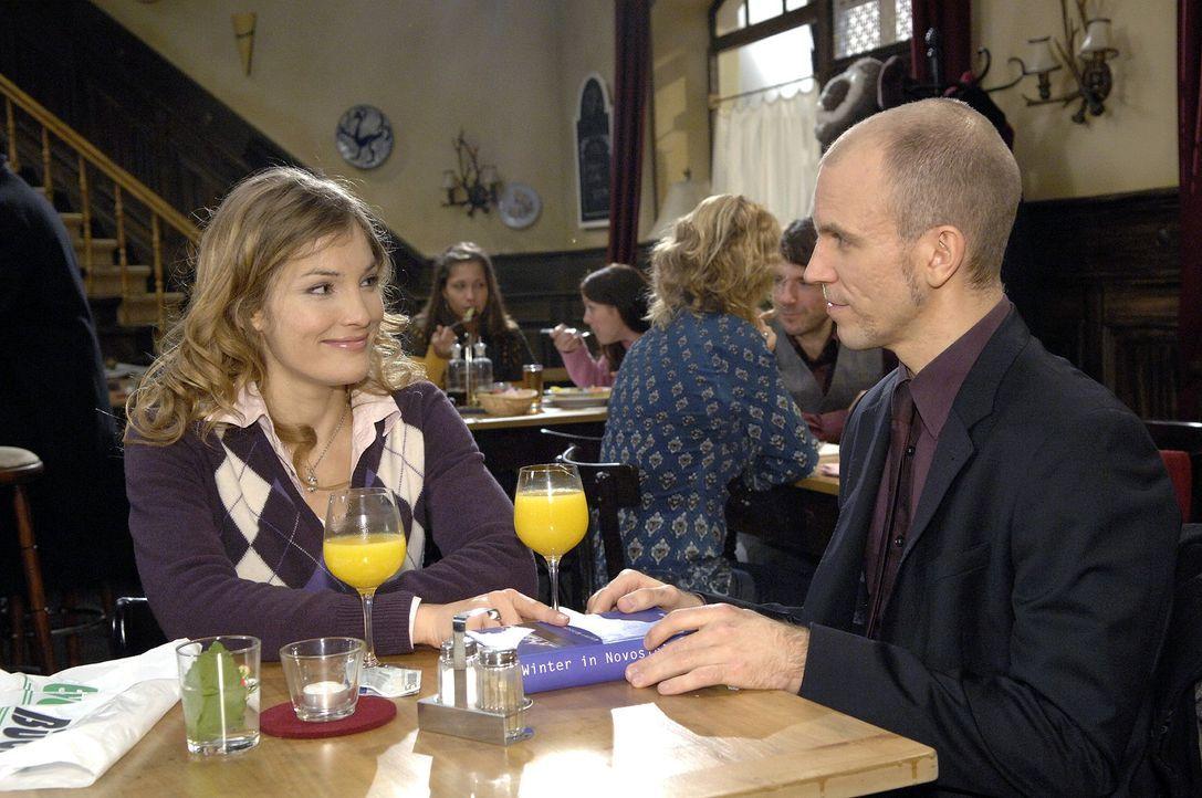 Gerrit (Lars Löllmann, r.) glaubt, dass Annett Darcy (Tanja Wenzel, l.) in ihn verliebt ist ... - Bildquelle: Claudius Pflug Sat.1