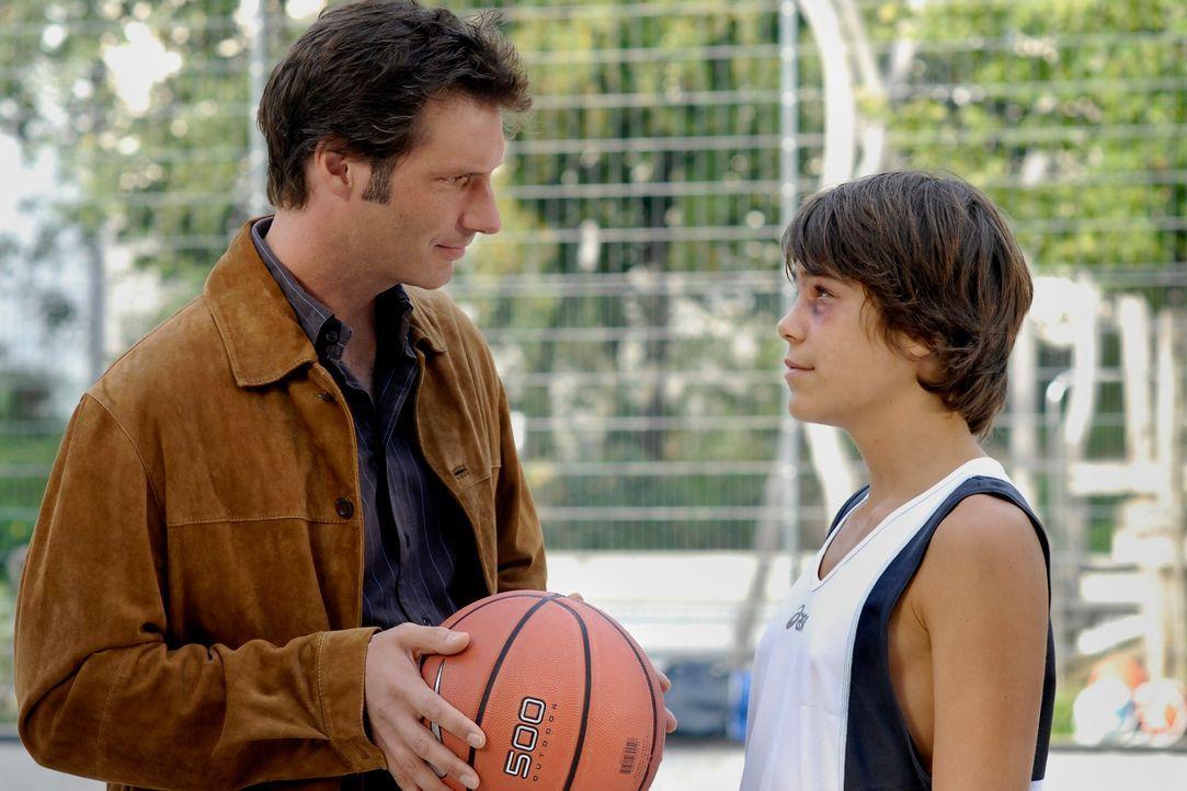 Endlich rafft sich Arthur (Clemens Löhr, l.) auf, seinen Sohn Johannes (Kevin Probst, r.) kennen zu lernen. Wider Erwarten verstehen sich Vater und... - Bildquelle: Heike Ulrich ProSieben