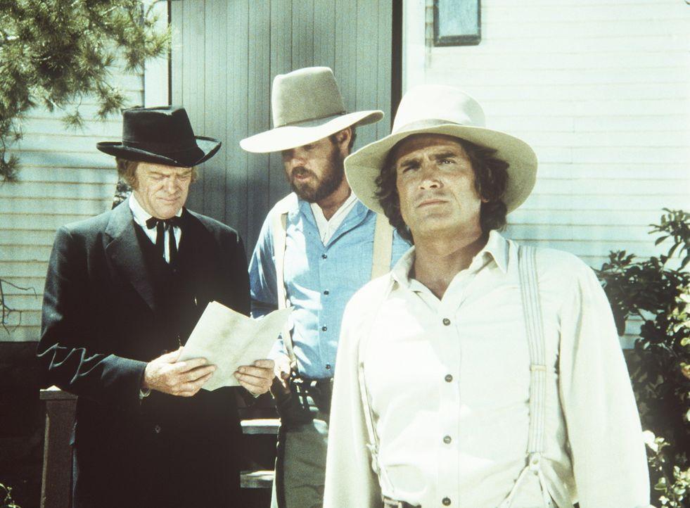 (v.l.n.r.) Dr. Baker (Kevin Hagen, l.), Jonathan Garvey (Merlin Olsen, M.) und Charles Ingalls (Michael Landon) sehen sich mit Kopfgeldjägern konfr... - Bildquelle: Worldvision