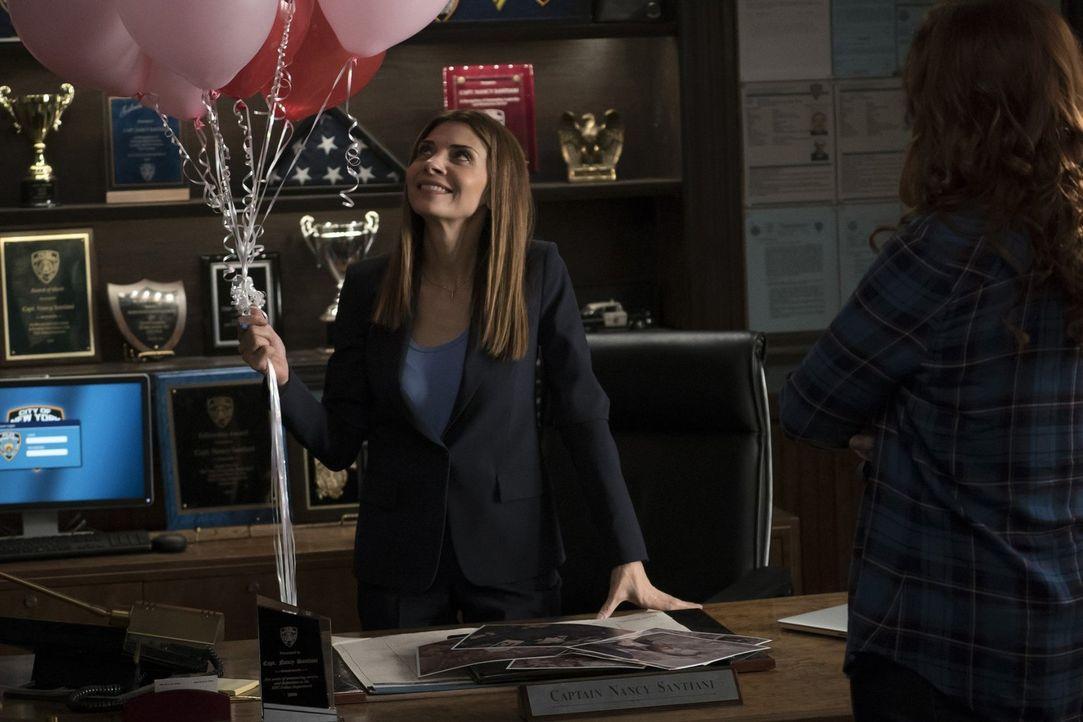 Der Valentinstag wartet für Santiani (Callie Thorne) und das Team mit einem rätselhaften Mord und einigen Geheimnissen auf ... - Bildquelle: 2015 Warner Bros. Entertainment, Inc.