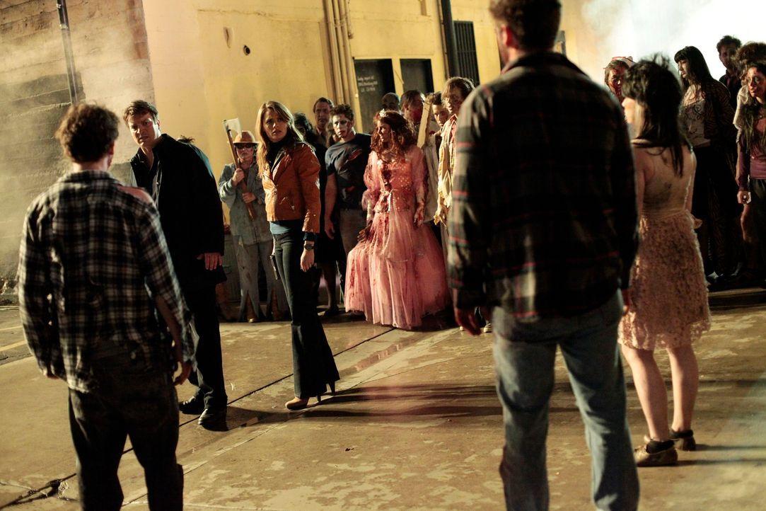 """Treiben tatsächlich Zombies ihr Unwesen in der Stadt? Castle (Nathan Fillion, l.) und Beckett (Stana Katic, M.) werden von """"Untoten"""" umzingelt ... - Bildquelle: 2012 American Broadcasting Companies, Inc. All rights reserved."""