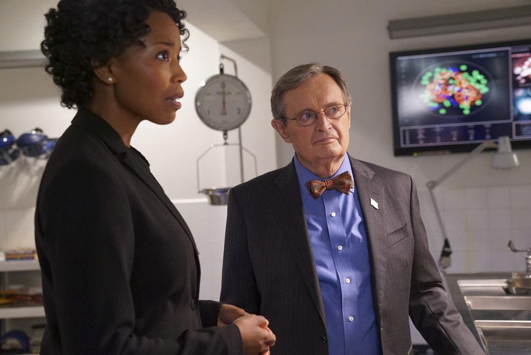 Beginnend mit einer neuen Autopsie durch Ducky (David McCallum, r.), nimmt das NCIS-Team die Ermittlungen zu einem zehn Jahre alten Mordfall wieder... - Bildquelle: Bill Inoshita 2017 CBS Broadcasting, Inc. All Rights Reserved.